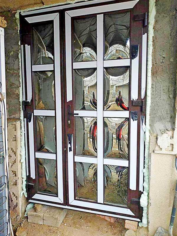 vhodnaya-plastikovaya-dver